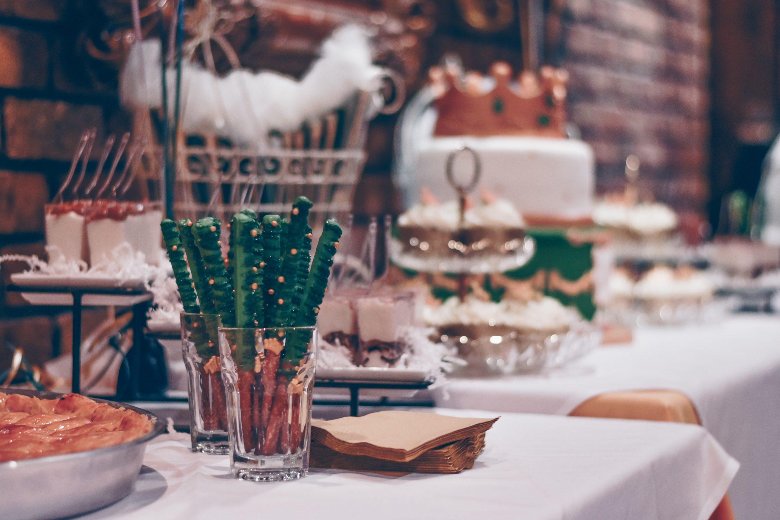 jolie table décorée pour un anniversaire